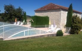 piscine  avec vue d'ensemble de la terrasse.
