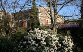 Maison en pierre située dans une zone classée par les monuments historiques.