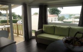 Des mobil-homes et des chalets tout confort avec terrasse, à deux pas de la plage.