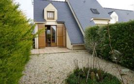 Maison jumelée située dans une résidence avec piscine et tennis.