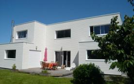 Clévacances - Cette superbe villa aux lignes contemporaines propose de beaux volumes baignés de l...
