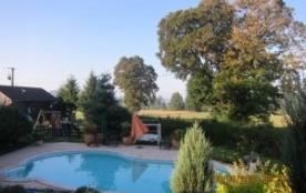 Chalet indépendant en pleine nature, sur vaste propriété close, avec accès piscine privée des pro...