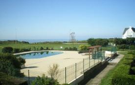 F2 mezzanine - Dans une résidence avec piscine et terrain de tennis, un appartement situé au premier étage d'un petit...