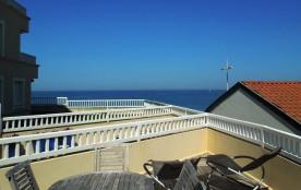 En bordure de la plage centrale de cap breton, agréable appartement type 3, grande terrasse offra...