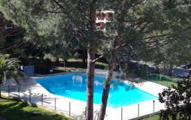 Beau 2 pièces climatisé avec piscine dans parc paysagé