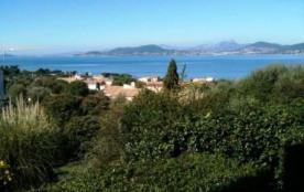 À 100 m du centre village de Giens, 600 m de la plage de l'Almanarre, T2 avec jolie vue sur mer, ...