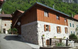 Pour les amoureux de la nature jolie maison dans village alpin bucolique.