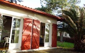 Villa de plain pied sur terrain clos en bordure du lac Marin située a environ 1000 m environ du c...