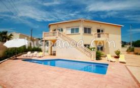 Belle maison moderne avec une grande terrasse au