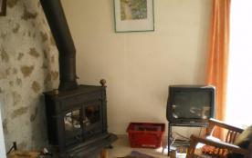 Séjour, angle avec poêle cheminée et télévision