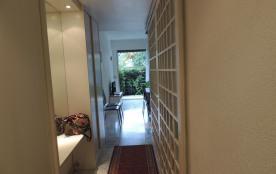 Le couloir, à gauche, placards et miroir; à droite, portes coulissantes de la...