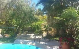 Duplex F5 avec grande terrasse et jardin dans bastide, vue mer avec piscine.