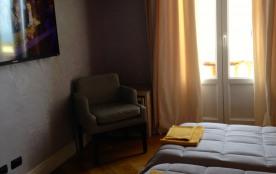 l'autre côté de la chambre , porte fenêtre doubles vitrages donnant sur le ba...