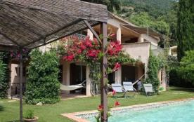 Dans un écrin de verdure, située à 2 km des plages et du centre-ville, magnifique villa vue sur l...