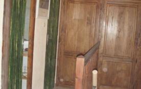 2 portes pour accès à salle de B et WC avec placard au fond du couloir