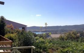 A quelques centaines de mètre d e la plage de Santa Giulia, agréable villa avec petite vue mer.