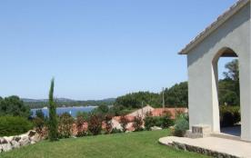 Résidence de 3 villas situées sur parc boisé d'essences locales, au bord de mer