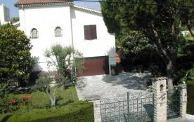 Location 3 pièces rez de jardin de villa à 350 mètres de la plage