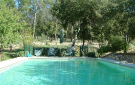 La Petite Bergerie mérite bien son nom. Il s'agit d'une petite ferme typiquement provençale, pais...
