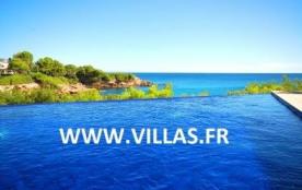 Cette confortable villa moderne profite à la fois d'une superbe vue mer et d'une belle piscine pr...