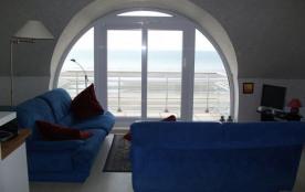 Appartement situé au septième étage face à la mer avec balcons.