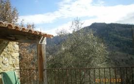 Terrasse de plain pied avec la cuisine, vue sur la montagne