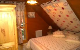 Chambre 2:  à l'étage lit 160x190 + armoire et commode et chevet + déco