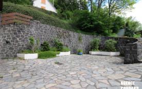 LE MONT DORE - Beau T2 avec terrasse.