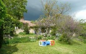 En campagne, ancienne ferme mitoyenne rénovée dans un authentique hameau du Luberon, nature, nomb...