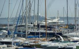 T2 à Louer face au Port(VUE PORT, Iles de Lérins et Cap d'Antibes).