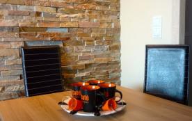 Coin repas, intérieur climatisé, chaises en cuir.