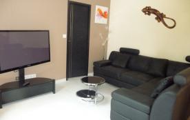 Salon avec grande tv, dvd, canapé d'angle.
