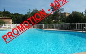 Appartement 2 pièces climatisé au premier étage dans une résidence sécurisée avec piscine.
