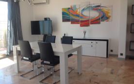 living-room avec TV et climatisation