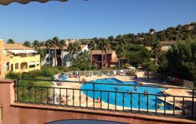 Appartement T3 avec grande terrasse à ciel ouvert surplombant la piscine