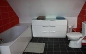 La salle de Bain avec baignoire/douche et WC