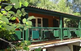 Chalet d'exposition est sud ouest dans un cadre verdoyant avec un jardin arboré et disposant d'un...