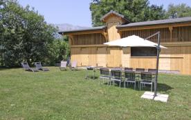 Jardin avec transats et barbecue