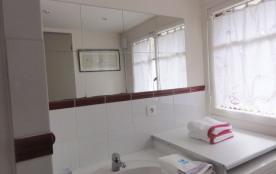 Salle de bain avec sa fenêtre