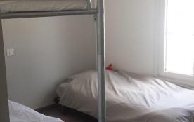 La chambre enfants offre 3 couchages et de nombreux rangements