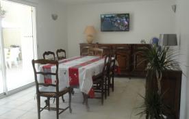 Salle à manger, accès à la cour - tv- canapé