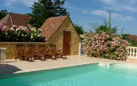 Piscine avec le pool house