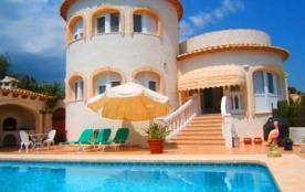 Belle villa avec piscine privée située à environ 2,5 km de Calpe.
