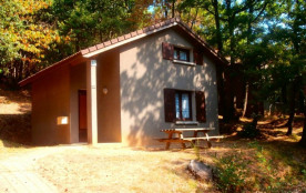 Gîtes de France, gîtes indépendants sur un terrain boisé à 1 km du village.