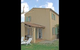 Les Lauriers : maison mitoyenne à 100 mètres du village typiquement provençal, avec jardin clos d...