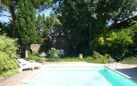 le jardin ombragé et sa piscine privée