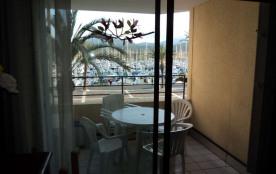Résidence située en front de port, à 150m de la plage, commerces à proximité, 6 étages avec ascenseur.