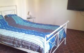 chambre lit double grande surface avec  tv