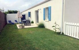 A 150 m de la plage et 400 m de l'école de voile, une maison de 65 m² avec jardinet clos avec ter...