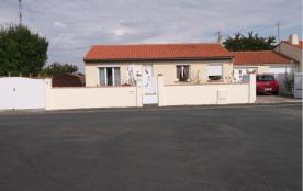 la facade de la maison et son parking